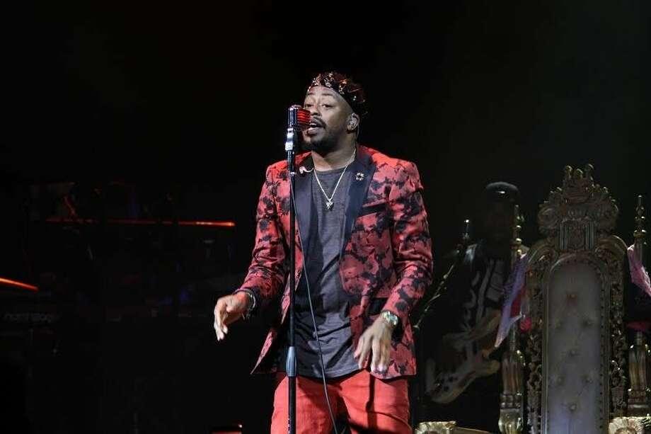 R&B/Soul artists Raheem DeVaughn singing to fans. Photo: Taelor Smith