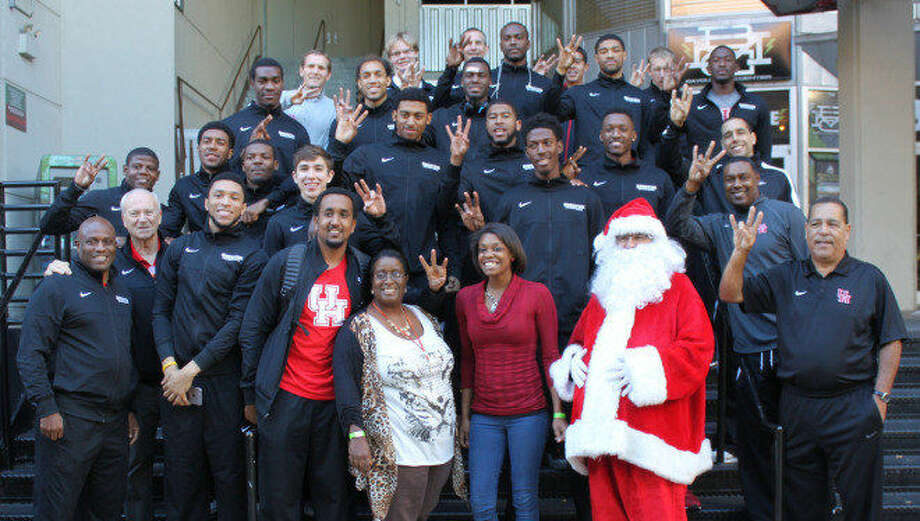 The University of Houston Cougars distribute meals to Star of Hope Mission residents at Hard Rock Café Photo: UHCougars.com