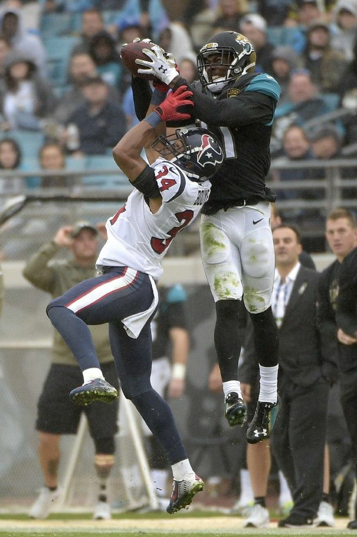 Texans defensive back A.J. Bouye (34) battles Jaguars wide receiver Marqise Lee for the ball. The Texans face the Colts on Sunday.