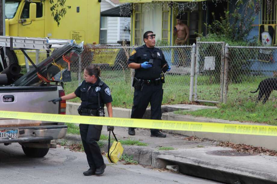 Police are responding to a shooting on Oct. 6, 2016 in the 1600 block of Ceralvo Street on the West Side. Photo: Tyler White, San Antonio Express-News / San Antonio Express-News