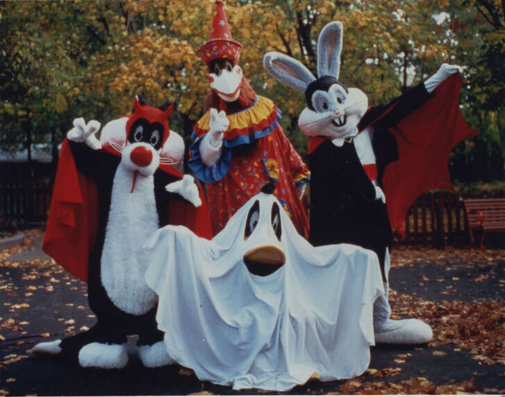 Looney Tunes characters at SIX FLAGS ASTROWORLD, Fright Fest for Kids.  10/04/96.     HOUCHRON CAPTION (10/23/2005) SECSTAR COLOR:  NOT SO SCARY:  In 1986, AstroWorld introduced its annual October festival, Frightfest.