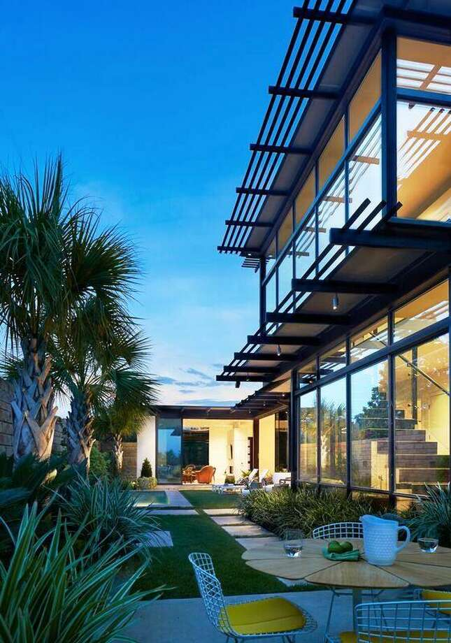 2016 Homes Tour: The back of a house in Alamo Heights designed by John Grable, FAIA, John Grable Architects. Photo: Photo Courtesy Dror Baldinger