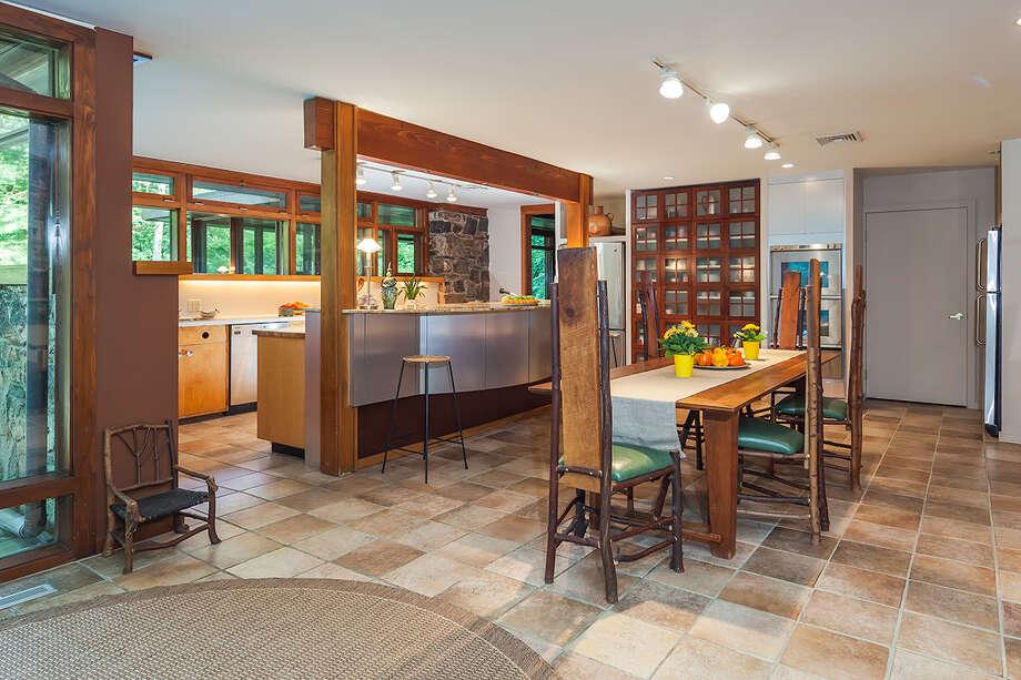 Frank Lloyd Wright Influences on the market: house shows influences of frank lloyd wright