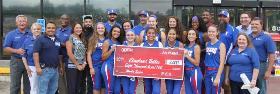 H-E-B of Cleveland donated $8,000 to the Cleveland Belles Dixie League softball team on July 28. Photo: Jacob McAdams