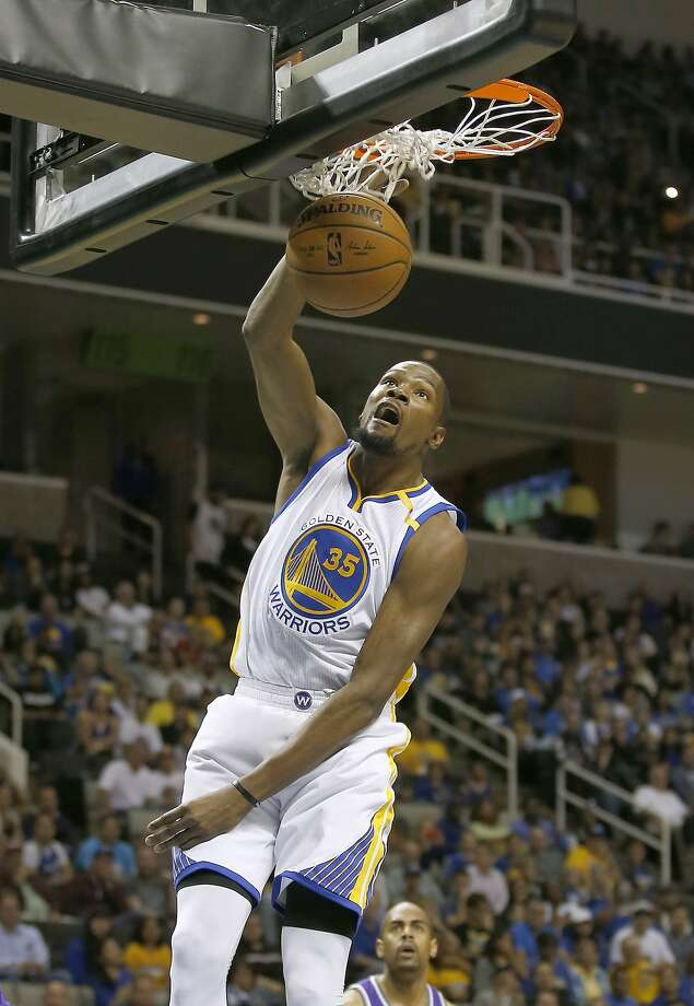 The Warriors' Kevin Durant dunks against the Sacramento Kings during the first half. Durant wound up with a game-high 25 points. Photo: Tony Avelar, Associated Press