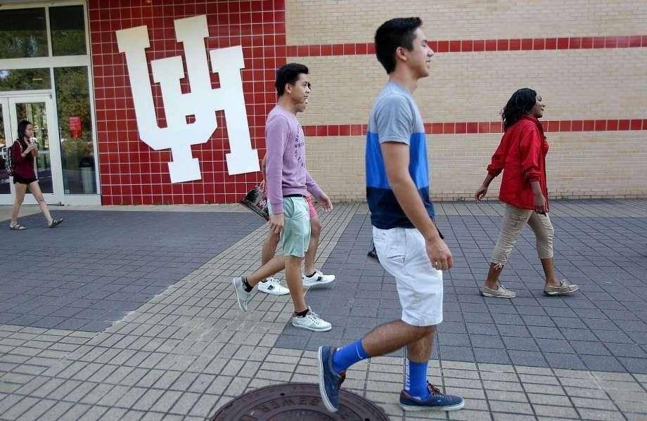 Students at the University of Houston walk across campus. Photo: Mayra Beltran