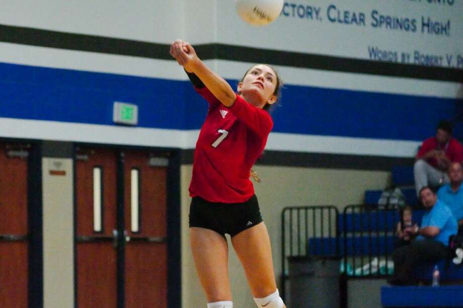 Dawson's Marisabel Torres (7) retrieves a shot on the back row against Clear Springs Tuesday night. Photo: Kirk Sides