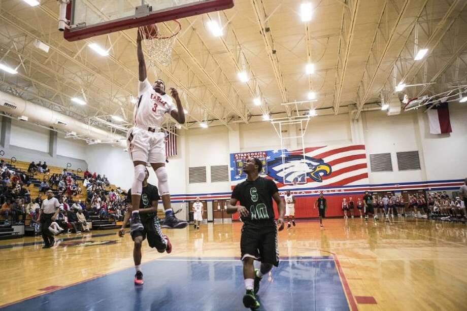 Atascocita's Joe Burton (3) dunks during Atascocita's 74-67 win over Spring last Thursday at Atascocita High School. Photo: ANDREW BUCKLEY