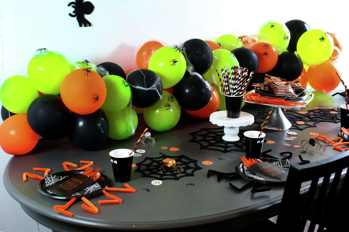 A simple balloon garland centerpiece created by freelancer and blogger Haeley Giambalvo.