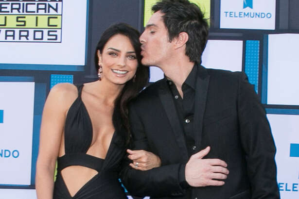 HOLLYWOOD, CA - OCTOBER 06:  Mauricio Ochmann (R) and Aislinn Derbez arrive at the 2016 Latin American Music Awards at Dolby Theatre on October 6, 2016 in Hollywood, California.  (Photo by Gabriel Olsen/FilmMagic)