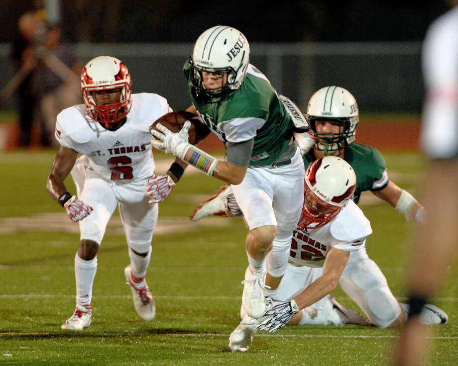 Wide receiver Aidan Skipper (9) of Strake Jesuit advances a pass from quarterback Felix Read (6) in the first quarter of a high school football game between St. Thomas and Strake Jesuit on September 2, 2016 at Crusader Stadium, Houston, TX. Photo: Craig Moseley