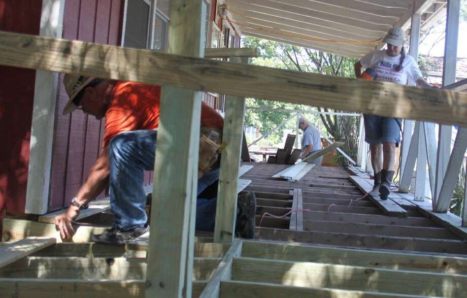 Mike Rayne (left) and Debbie Hanson (right) work on the boards of the Coldspring/San Jacinto County Chamber of Commerce office's porch on Sept. 21. Photo: Jacob McAdams