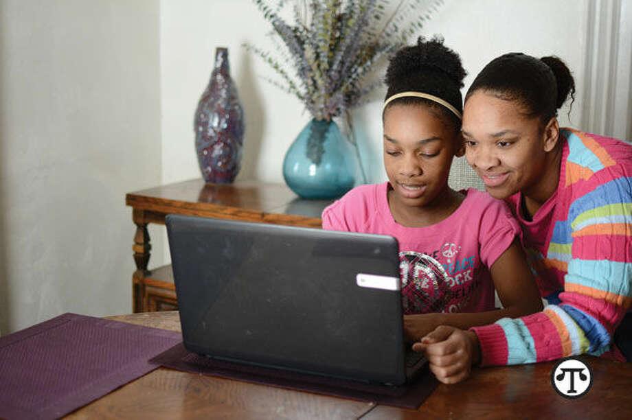Actualmente más estudiantes jóvenes pueden tener acceso a internet en el hogar y obtener la educación digital que los trabajadores de hoy necesitan. (NAPS)