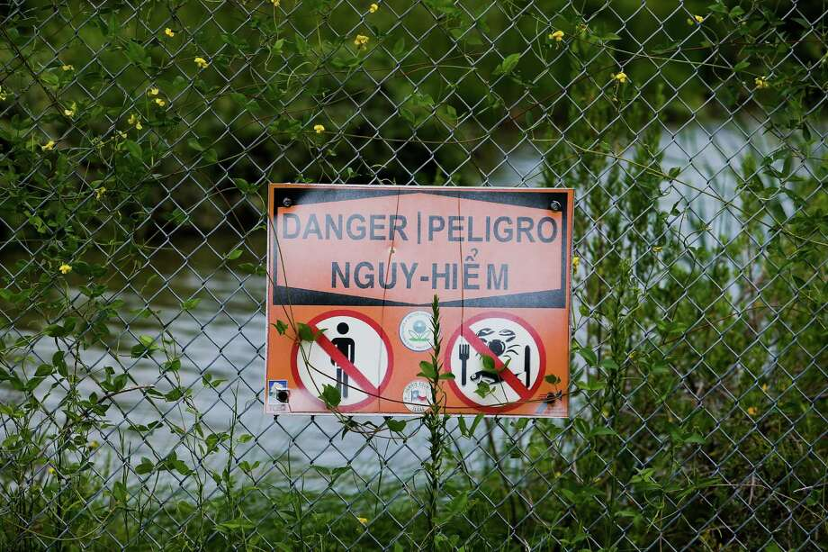 Signs near the San Jacinto River Waste Pits U.S. EPA Superfund Site warns people not to enter or consume fish from the area, Friday, Aug. 26, 2016 in Channelview, Texas. (Michael Ciaglo / Houston Chronicle via AP) Photo: Michael Ciaglo, MBI / Houston Chronicle