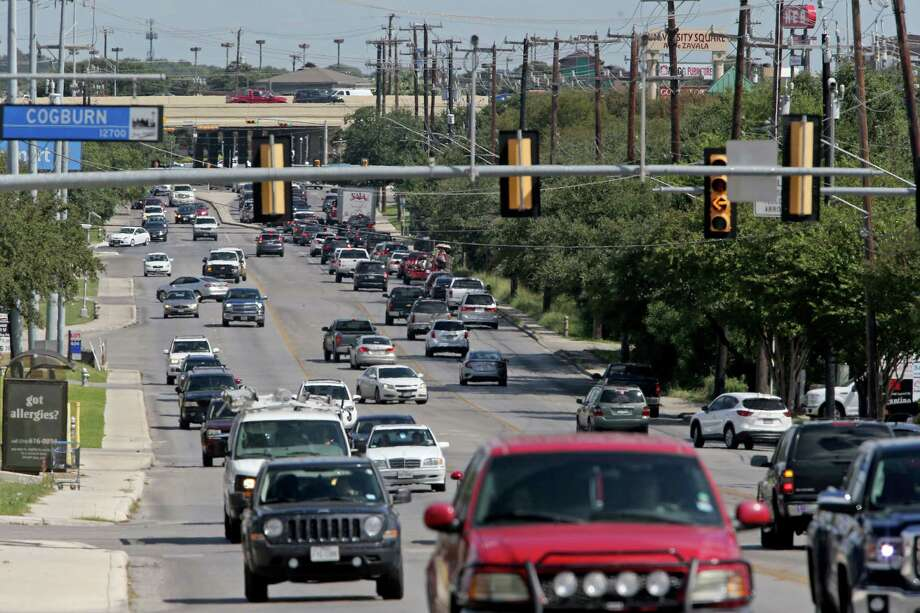 A view of traffic on De Zavala Road near Cogburn Avenue looking east Thursday Oct. 6, 2016. Photo: Edward A. Ornelas, Staff / San Antonio Express-News / © 2016 San Antonio Express-News