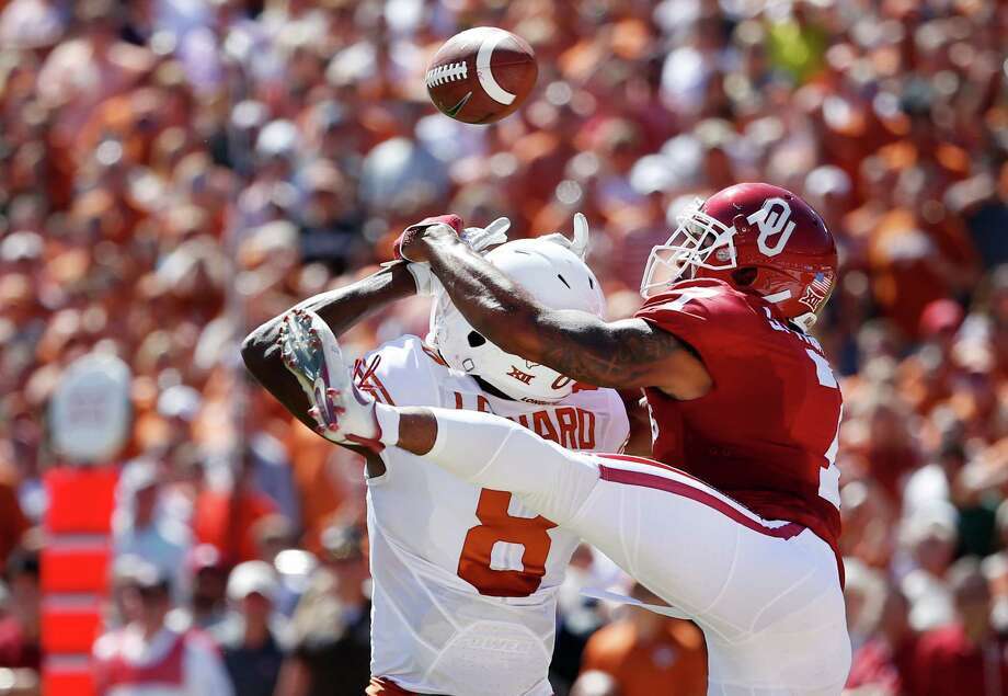 Oklahoma cornerback Jordan Thomas (7) breaks up a pass intended for Texas wide receiver Dorian Leonard (8) during the first half in the Red River Showdown at the Cotton Bowl in Dallas on Saturday, Oct. 8, 2016. Oklahoma won, 45-40. (Ron Jenkins/Fort Worth Star-Telegram/TNS) Photo: Ron Jenkins, MBR / TNS / Fort Worth Star-Telegram