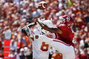 Oklahoma cornerback Jordan Thomas (7) breaks up a pass intended for Texas wide receiver Dorian Leonard (8) during the first half in the Red River Showdown at the Cotton Bowl in Dallas on Saturday, Oct. 8, 2016. Oklahoma won, 45-40. (Ron Jenkins/Fort Worth Star-Telegram/TNS)