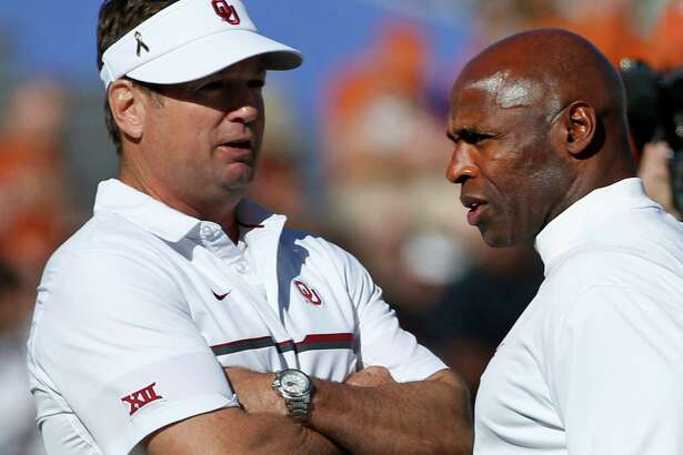 Oklahoma head coach Bob Stoops, left, and Texas head coach Charlie Strong, right, talk before the Red River Showdown at the Cotton Bowl in Dallas on Saturday, Oct. 8, 2016. Oklahoma won, 45-40. (Ron Jenkins/Fort Worth Star-Telegram/TNS)