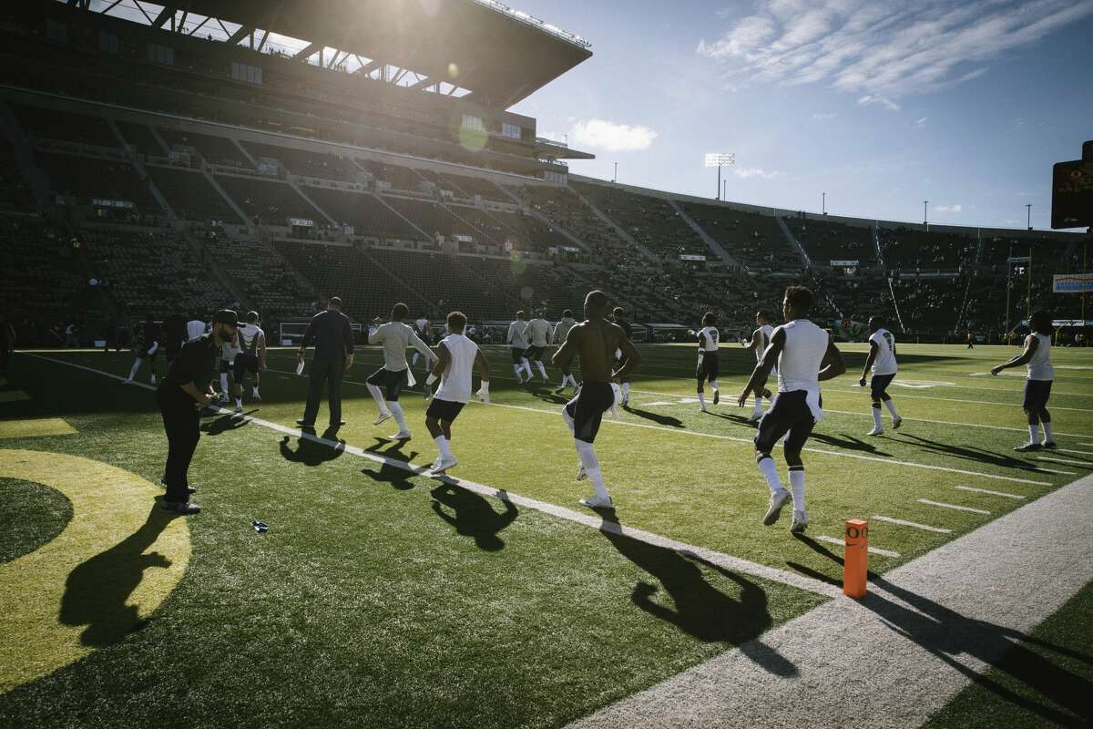 Washington warms up before playing Oregon in an NCAA college football game Saturday, Oct. 8, 2016, in Eugene, Ore. (AP Photo/Thomas Boyd)