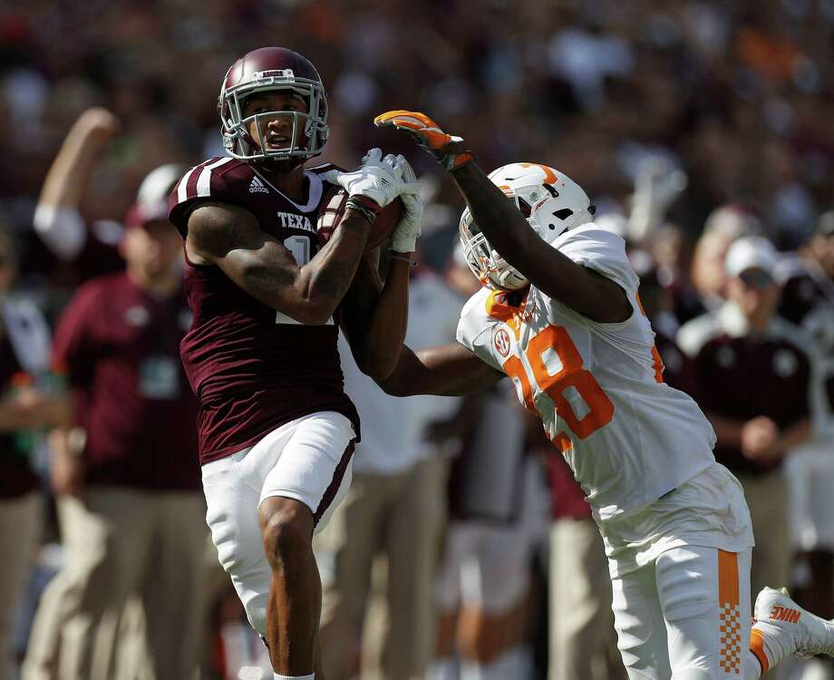 Texas A&M wide receiver Josh Reynolds, left, makes the no-look grab against Tennessee defensive back Baylen Buchanan during the first quarter at Kyle Field on Saturday. Photo: Karen Warren, Staff Photographer / 2016 Houston Chronicle