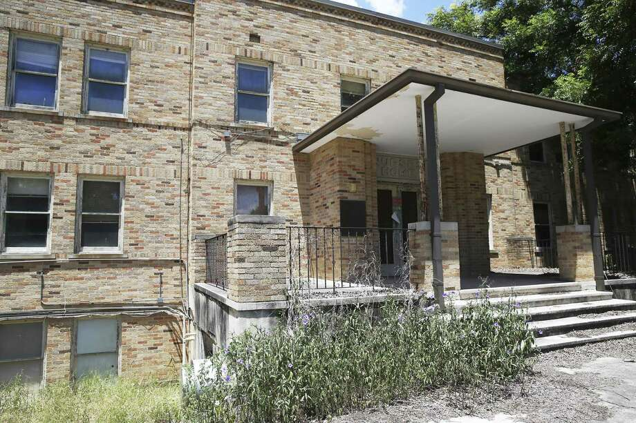 A 1951 building, which was the nurses home, is locked and not used as 80 percent of buildings at the State Hospital in San Antonio are considered to be in critical condition, July 21, 2016. A reader suggests taking funds from the Alamo Plaza plan and using the money for the renovation of the hospital. Photo: TOM REEL /SAN ANTONIO EXPRESS-NEWS / 2016 SAN ANTONIO EXPRESS-NEWS