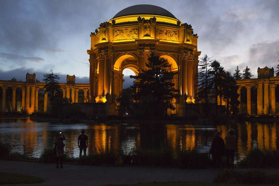 Visitors at the Palace of Fine Arts, on Sunday, Oct. 9, 2016 in San Francisco, Calif. Photo: Gabriella Angotti-Jones, The Chronicle