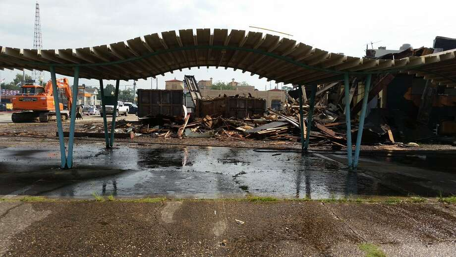 Crews demolish the Pig Stand in Beaumont on Tuesday. Photo taken 10/11/16 Photo: Guiseppe Barranco/The Enterprise