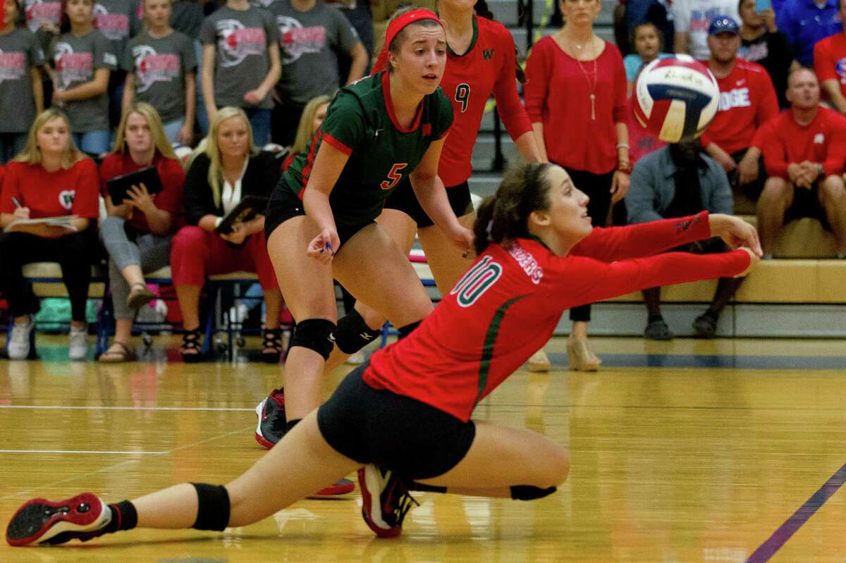 The Woodlands defensive specialist Georgia Murphy (10) goes for a dig as libero Mia Primavera (5) looks on during the second set of a District 12-6A high school volleyball match at Oak Ridge High School Tuesday, Oct. 11, 2016, in Oak Ridge. The Woodlands lost to Oak Ridge in straight sets.