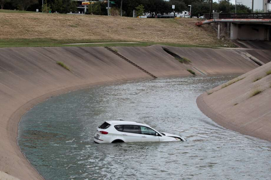 Investigators were trying to figure how a car plunged into a Brays Bayou about 11:15 a.m. Wednesday, Oct. 12, 2016, at 2155 North MacGregor Way near Hermann Park in South Houston. James Nielsen/Houston Chronicle)