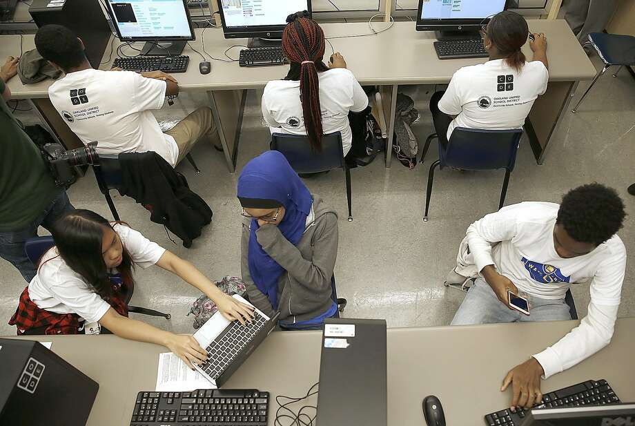 A 2016 file photo of 11th graders at  Oakland High School's science center. Photo: Liz Hafalia, The Chronicle