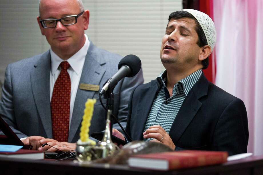 San Antonio, Texas -- October 12, 2016 -- Beytullah Colak, Imam of the San Antonio chapter of The Islamic Institute, sings a prayer with Rabbi David Komerofsky at his side during a dinner to break the Yom Kippur fast at Temple Chai. Ray Whitehouse / for the San Antonio Express-News Photo: Ray Whitehouse, Photographer / For The San Antonio Express-News