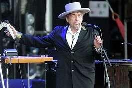 """En esta imagen de archivo, el cantante y compositor estadounidense Bob Dylan, durante su actuación en el festival """"Les Vieilles Charrues"""" de Carhaix, en el oeste de Francia. Dylan fue reconocido con el Premio Nobel de Literatura 2016 el 13 de octubre de 2016. (AP / David Vincent)"""
