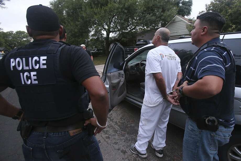 Immigration and Customs Enforcement (ICE) officers arrest a man in 2015 in San Antonio, Texas. Photo: John Davenport, San Antonio Express-News
