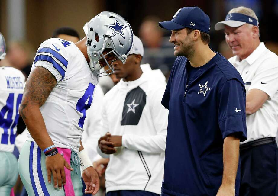 Cowboys quarterback Dak Prescott, left, confers with an injured Tony Romo on the sidelines. Photo: Wesley Hitt, Stringer / 2016 Getty Images