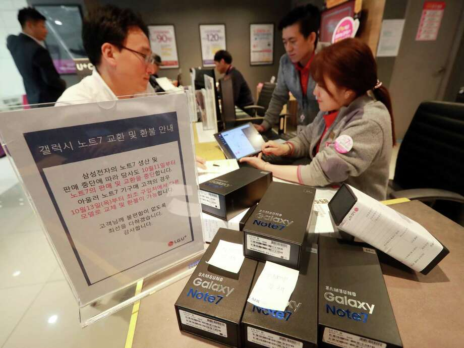 Customers return their Samsung Note 7 mobile phones at a dealership in Seoul. Samsung said the discontinuation of the Galaxy Note 7 would cost the company about $3 billion during the current and next quarters, bringing the total cost of the recall to at least $5.3 billion. Photo: Yonhap /AFP /Getty Images / Yonhap