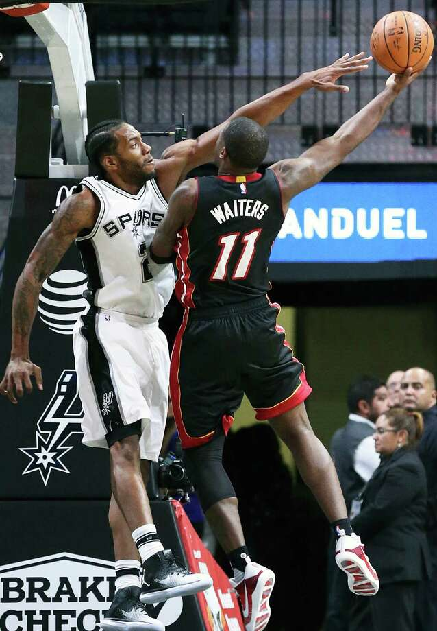 Kawhi Leonard uses his long reach to make a shot difficult for Dion Waiters as the Spurs host Miami at the AT&T Center on October 14, 2016. Photo: TOM REEL, SAN ANTONIO EXPRESS-NEWS / 2016 SAN ANTONIO EXPRESS-NEWS