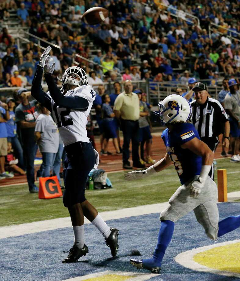 Smithson Valley's Edwin Martinez (12) makes a five-yard pass reception for a touchdown against Clemen's Dalton Polson (25) during their game at Lehnhoff Stadium on Friday, Oct. 14, 2016. Photo: Kin Man Hui, San Antonio Express-News / ©2016 San Antonio Express-News