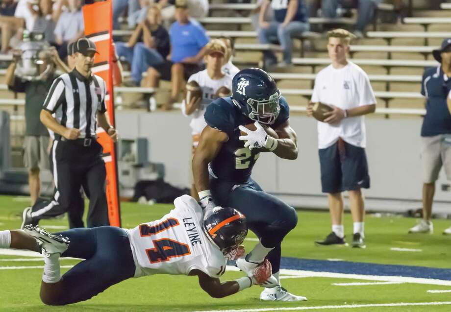 Owls running back Samuel Stewart carries the ball for an offense that outgained the Roadrunners 351 yards to 334 but couldn't capitalize on a late chance to win. Photo: Leslie Plaza Johnson, Freelancer / Freelance
