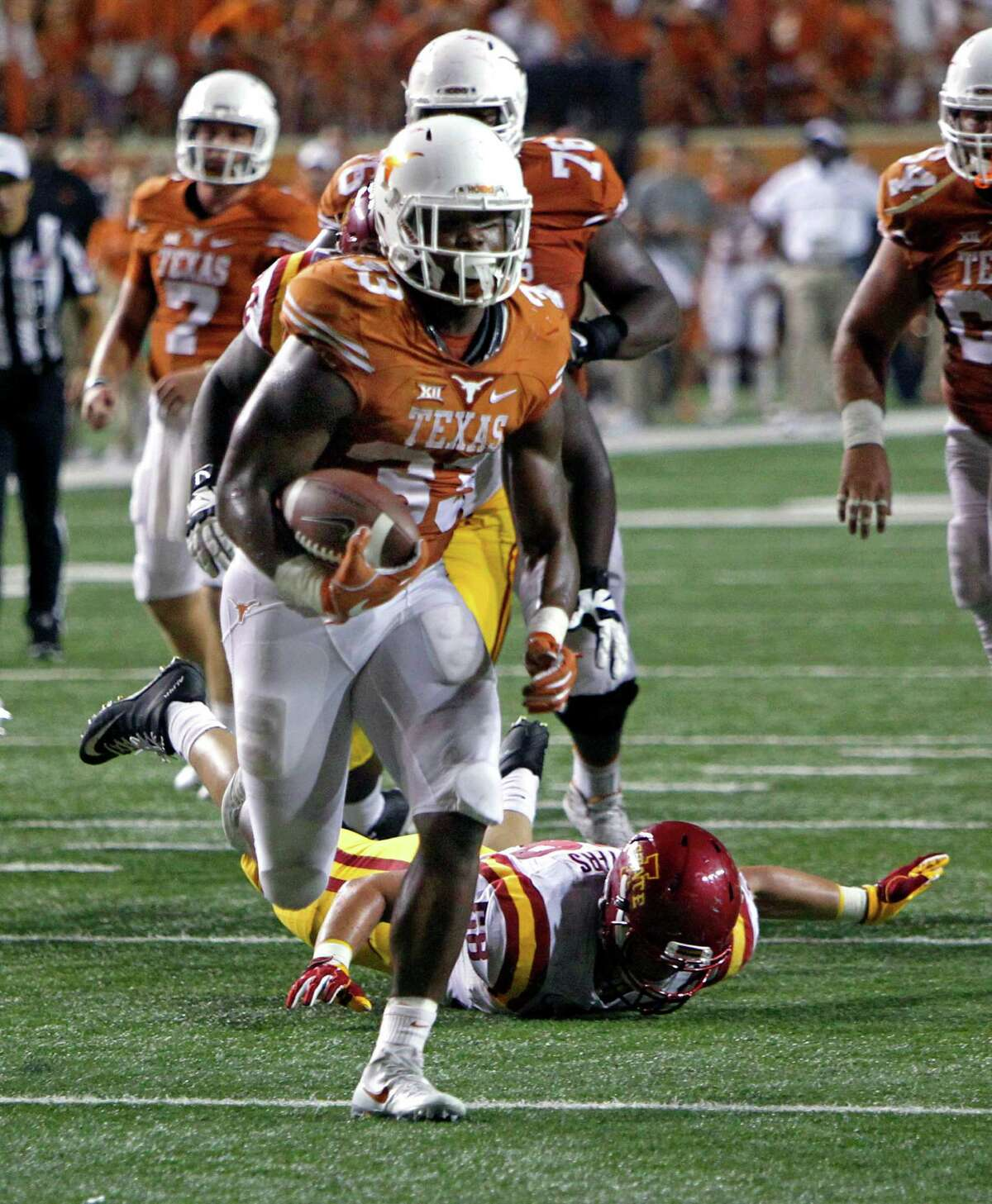 Texas running back D'Onta Foreman (33) runs for a touchdown during the second half of an NCAA college football game against Iowa State, Saturday, Oct. 15, 2016, in Austin, Texas. (AP Photo/Michael Thomas)
