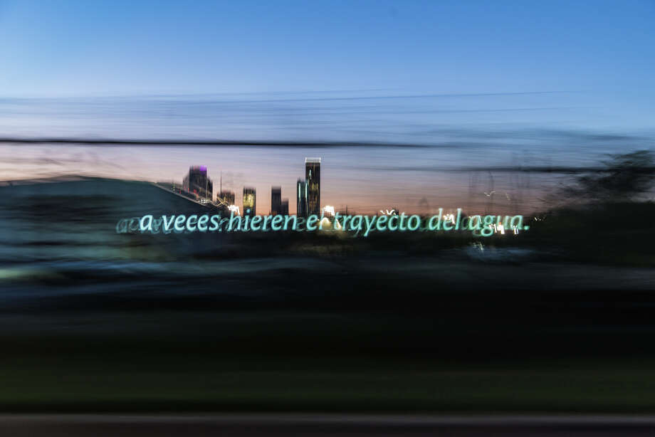 """An image from a rehearsal run for Pablo Gimenez-Zapiolas' roving """"Eastext"""" projection performance. This one shows a line text from a poem by Vanessa Torres. It reads,""""A veces hieren el trayecto del agua,"""" or """"Sometimes they hurt the water's path."""" Photo: Pablo GImenez-Zapiola, Pablo Gimenez-Zapiola / © Pablo Gimenez Zapiola"""