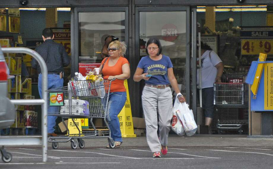 Shoppers exit the H-E-B on San Dario Avenue and Del Mar Boulevard in Laredo, with plastic bags full of groceries, in this 2014 file photo. Laredo is among several Texas cities attempting to regulate the use of the bags and is fighting for its ordinance in the courts. Photo: Danny Zaragoza / / LAREDO MORNING TIMES