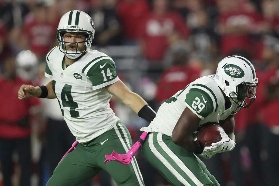 GLENDALE, AZ - OCTOBER 17:  Quarterback Ryan Fitzpatrick #14 of the New York Jets hands the football off to running back Bilal Powell #29 in the first half of the NFL game against the Arizona Cardinals at the University of Phoenix Stadium on October 17, 2016 in Glendale, Arizona.  (Photo by Christian Petersen/Getty Images) ORG XMIT: 663672415 Photo: Christian Petersen / 2016 Getty Images