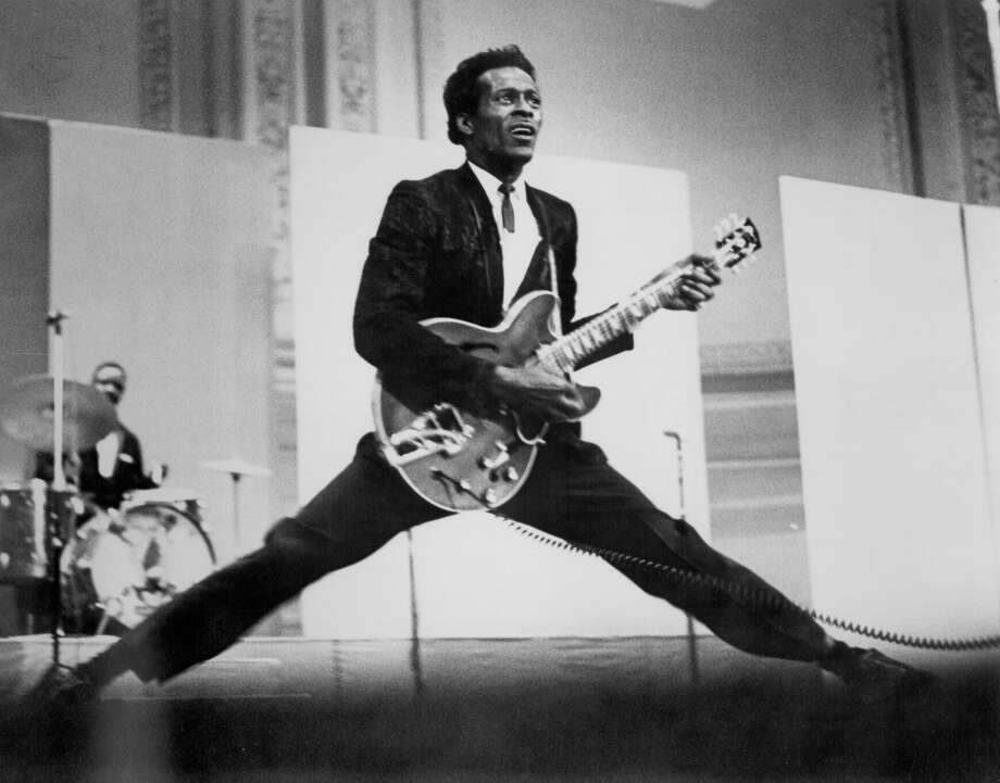 CIRCA 1968:  Rock and roll musician Chuck Berry does the splits as he plays his Gibson hollowbody electric guitar in circa 1968. (Photo by Michael Ochs Archives/Getty Images) Photo: Michael Ochs Archives