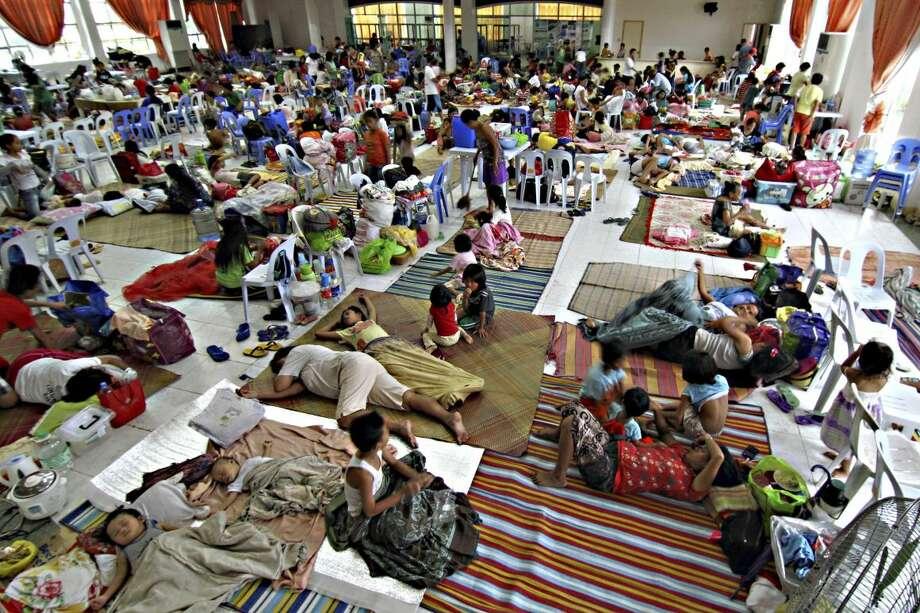 Cientos de vecinos se refugian en la capital provincial de Surigao, cerca del centro de Filipinas, el 5 de diciembre de 2014 antes del paso del tifón Hagupit, que se esperaba tocara tierra. En tanto, el lunes un terremoto azotó a Filipinas. (Foto por Erwin Mascarinas/AP)