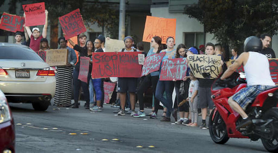 Protesters in front of Orange Grove Gardens hold a candlelight vigil for Reginald Thomas who died earlier in Pasadena Police custody in Pasadena, Calif., on Friday, Sept. 30, 2016. (Walt Mancini/The Pasadena Star-News via AP)