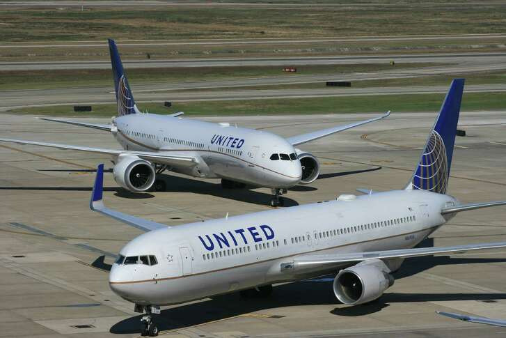 A United Airlines Boeing 787 Dreamliner waits behind a United Boeing 767 at Bush Intercontinental Airport in January 2016.