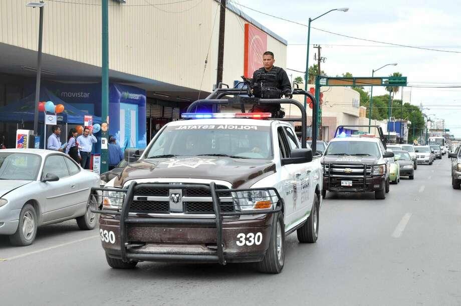 Elementos de la Policía Estatal Acreditable durante un recorrido por el centro de Nuevo Laredo, México. (Foto de cortesía)