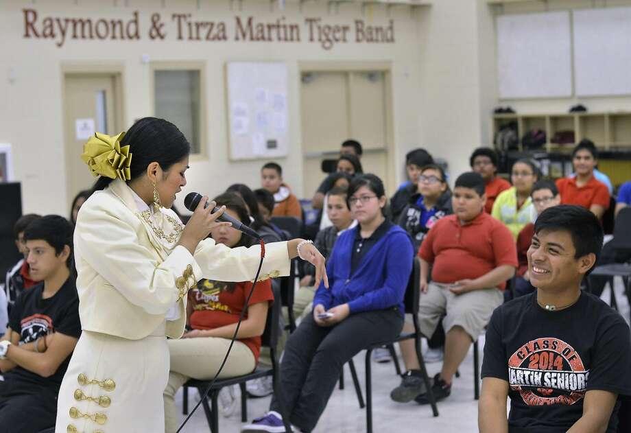La Laredense Karen Zavala, quien estará a cargo de la apertura del concierto del Mariachi Vargas de Tecalitlán el viernes por la noche, se presentó ante alumnos de la Banda Escolar de Martin High School, en instalaciones de la escuela. Zavala es egresada de Cigarroa High School y participará en el Festival de Música del Mariachi en Laredo en el Laredo Civic Center, el viernes.
