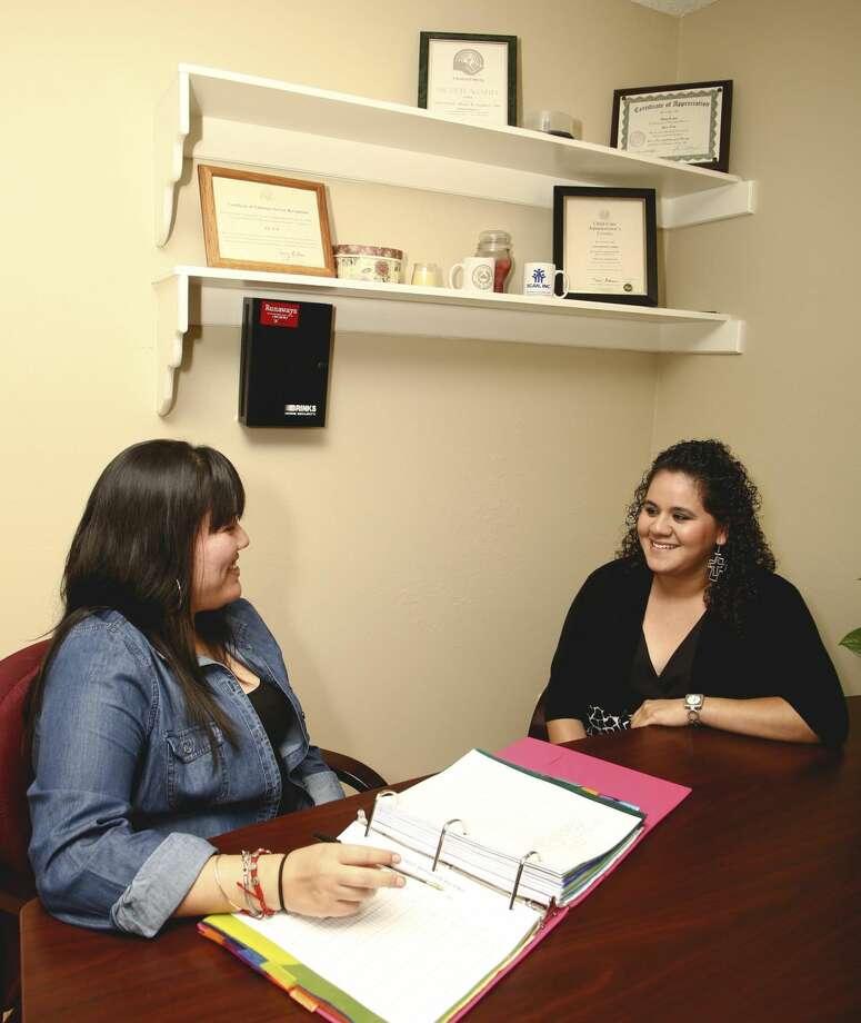 Cindy Vásquez, a la izquierda, y Nannette Ramos hablando acerca de la ayuda proveida por SCAN en la oficina de la agencia el 4 de septiembre. (Foto de archivo por Victor Strife