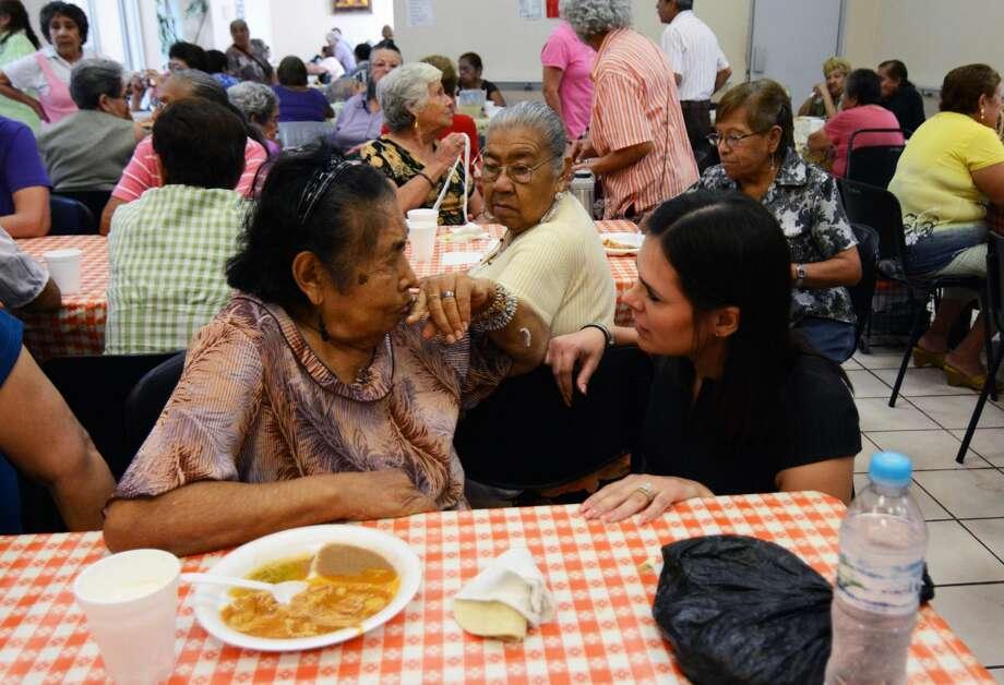 La Presidenta del Sistema para el Desarrollo Integral de la Familia (DIF) en Nuevo Laredo, México, Belinda Serna de Canturosas, saluda a una abuelita quien asiste a la Casa Club del Adulto Mayor. (Foto de cortesía)
